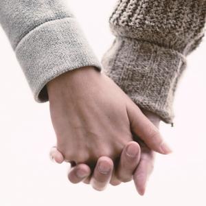 恋愛心理で女性のしぐさの意味を知る!好意を見抜く6つの法則